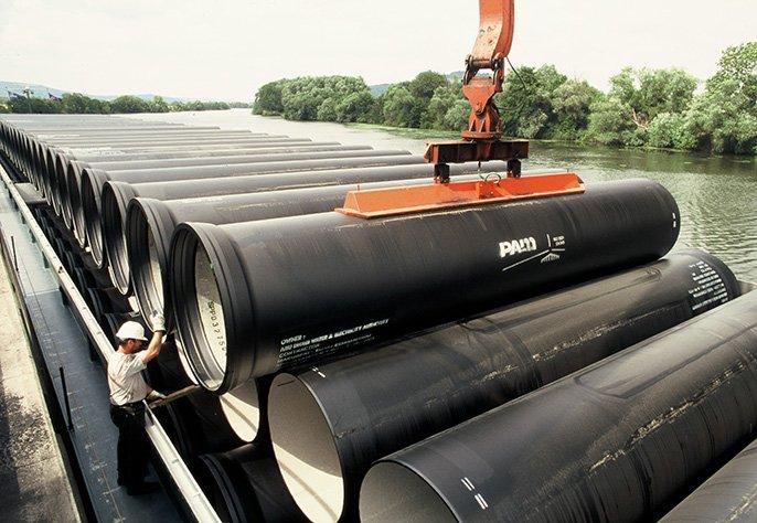 Descarga de tubo em Abu Dhabi após transporte por barco